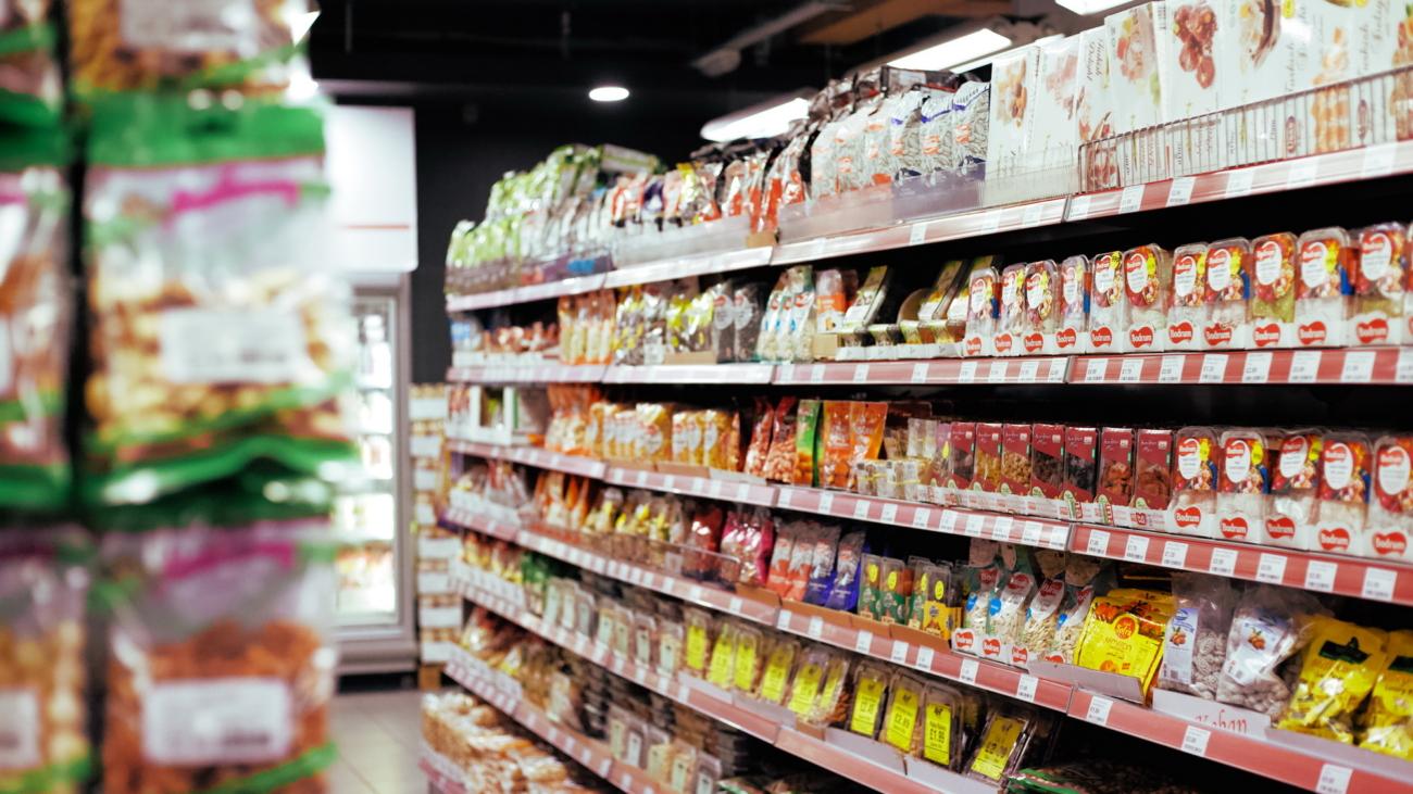 items-organized-on-shelves-3687999